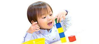 おもちゃで遊ぶ未就学児の子供