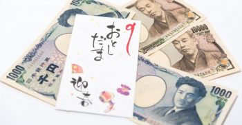 お年玉ポチ袋と様々な金額のお札