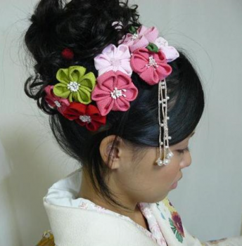 ちりめんの手作りの髪飾りをした女の子
