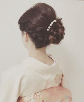 まとめ髪の着物の女性