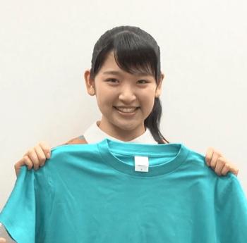 エメラルドグリーンのTシャツを持つ小野瑞歩
