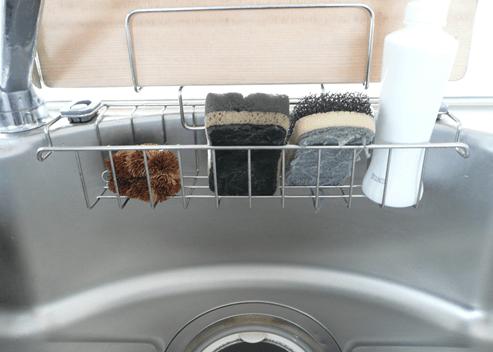 キッチンの収納ラックのスポンジと洗剤が入っている