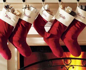 クリスマスに暖炉の前に飾られているプレゼントの入った靴下