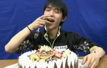 ケーキを頬張る羽生結弦