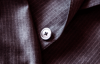 ストライプのスーツのボタン