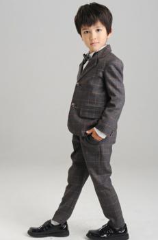 チェックのスーツを着たおしゃれな男の子