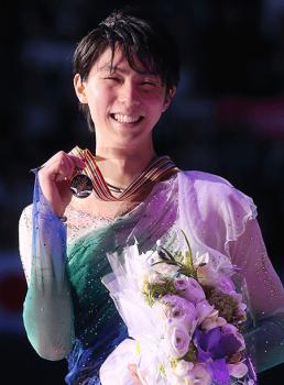 メダルを手に取り微笑む羽生結弦選手