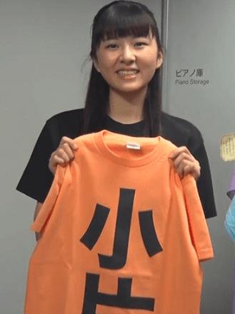ライトオレンジのTシャツを持つ小片リサ