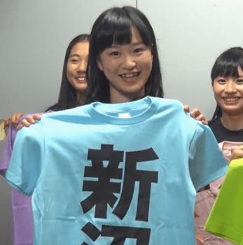 ライトブルーのTシャツを持つ新沼希空
