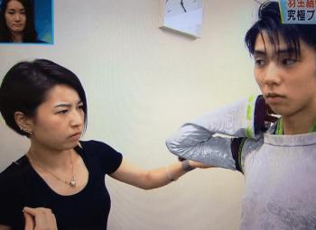 伊藤聡美が羽生結弦の衣装をチェック