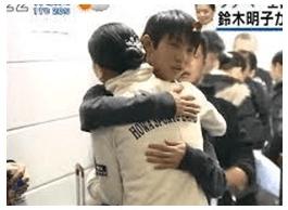 抱き合う羽生結弦;村上佳菜子の報道映像