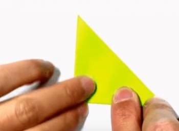 更に三角に折る