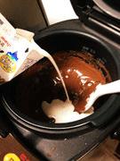 板チョコが溶けたら生クリーム投入