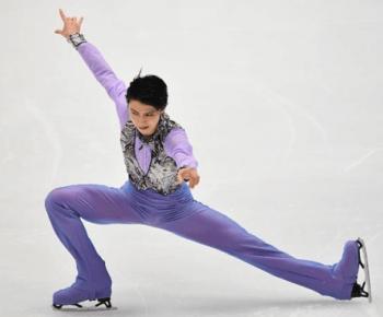 紫衣装で右手を上げて踊る羽生結弦選手