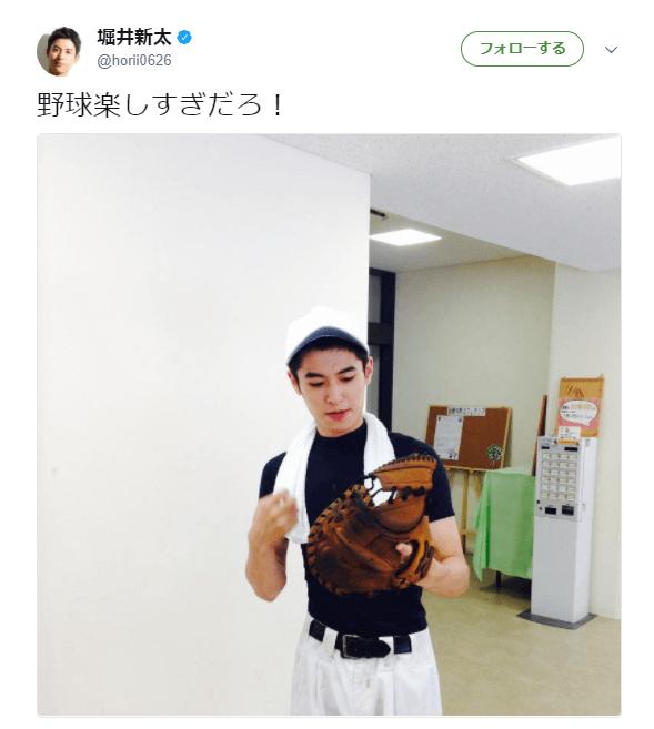 野球のユニホーム姿の堀井新太