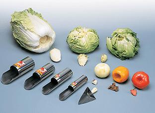 野菜の芯をくり抜く道具と野菜