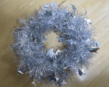 銀色に色を統一したクリスマスリース