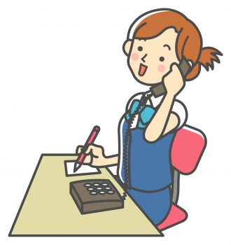 電話で質問する女性