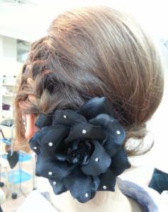 結婚式髪型大きな髪飾り編み込み