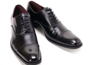 葬式マナー黒の革靴男性