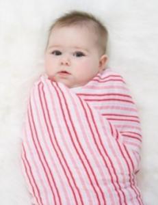 赤ちゃん寝かしつけタオルで包む