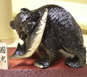 鮭を咥えている熊