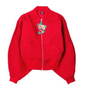 赤のジャケットのブランドは。PAMEO POSE(パメオポーズ)