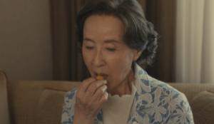 マドレーヌを食べる百合子