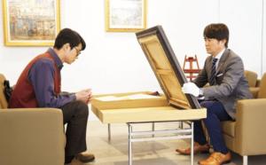 美術画廊にて絵画を値踏み