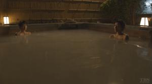 温泉の中の綾子と真弓