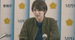 記者会見する桜井刑事