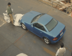青い車を発見する大山刑事